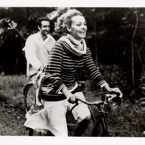 Jeanne Moreau and Henri Serre ride bikes