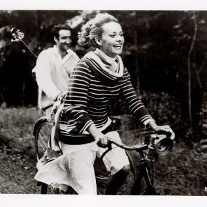 Jeanne Moreau and Henri Serre ride bikes