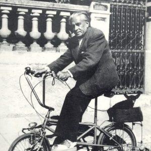 Francis Picabia and Ninie ride a bike.