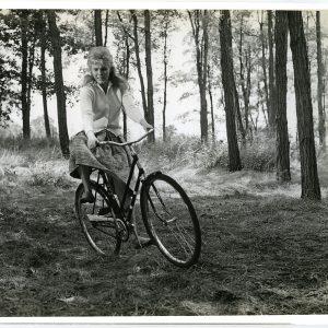 Jean Seberg rides a bike. Madly.