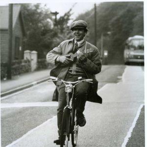 Robert Lindsay ukuleles a bike.