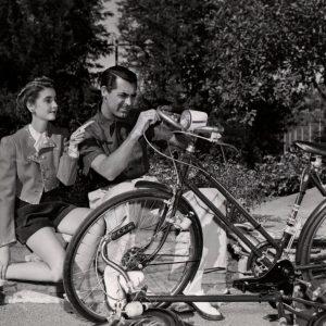 Barbara Hutton and Cary Grant fix a bike.
