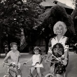 Jayne Mansfield and due bambini ride bikes in Rome.