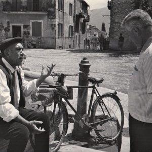 Anthony Quinn rests a bike, talks to Stanley Kramer.