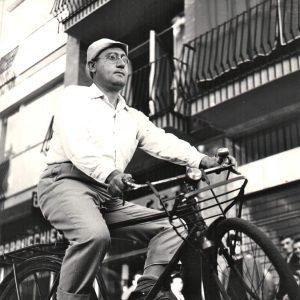 Alberto Sordi rides a bike.