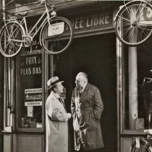 Bing Crosby prices a bike. À Paris.