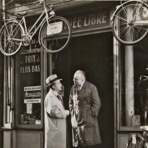 Bing Crosby prices a bike.À Paris.