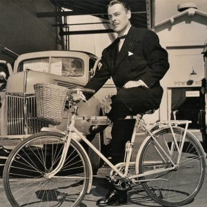 Brian Donlevy rides a bike- with debonair abandon.