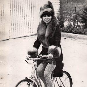 Maria Cuadra rides a bicicleta.