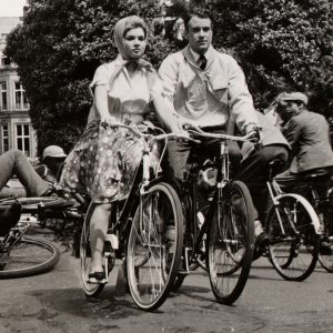 Agnès Laurent and Ian Bannen ride bikes.