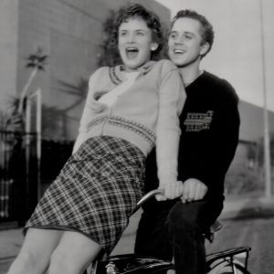 Juliette Lewis and Giovanni Ribisi ride a bike.