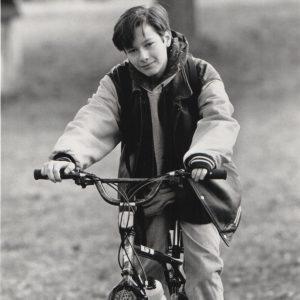 Edward Furlong rides a bike.