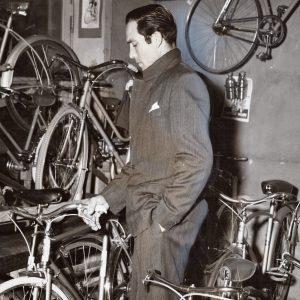 Lamberto Maggiorani considers a bike.